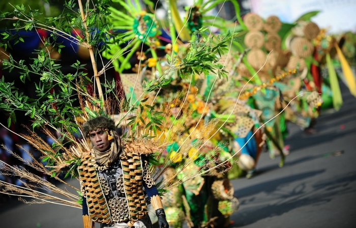 карнавал моды в джамбере Jember Fashion Carnaval 6 (700x450, 291Kb)