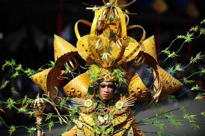 карнавал моды в джамбере Jember Fashion Carnaval 13 (700x465, 232Kb)