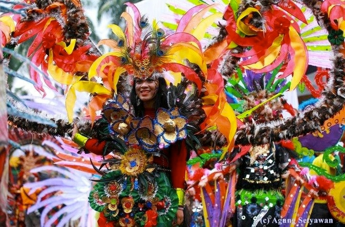 карнавал моды в джамбере Jember Fashion Carnaval 15 (700x460, 331Kb)