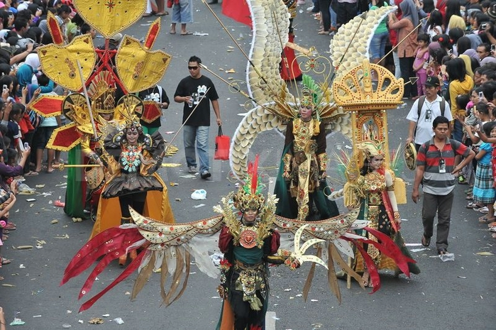 карнавал моды в джамбере Jember Fashion Carnaval 19 (700x465, 320Kb)