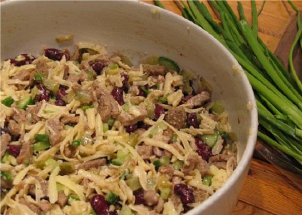 Рецепт салата с консервированной фасолью и сухариками с