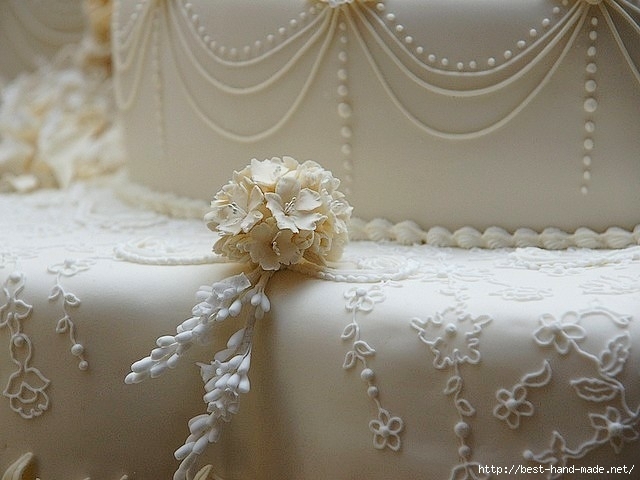 Royal-Wedding-Cake-Decoration-Lavender-and-Apple-Blossom-in-Picture-Gallery-of-Buckingham-Palace-London-England (640x480, 153Kb)