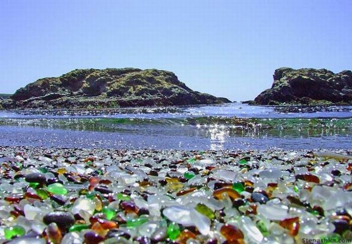 4458603_323927500002000glass_beach_09 (700x486, 77Kb)