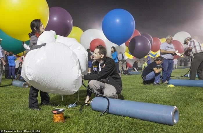 Jonathan Trappe на воздушных шарах фото 5 (700x459, 267Kb)