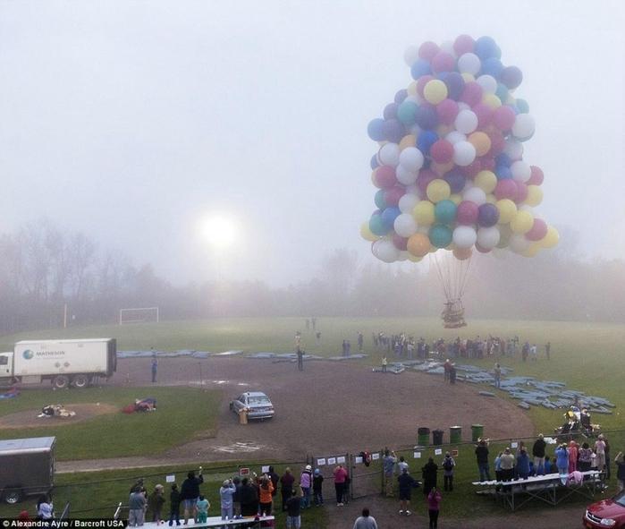Jonathan Trappe на воздушных шарах фото 10 (700x591, 231Kb)