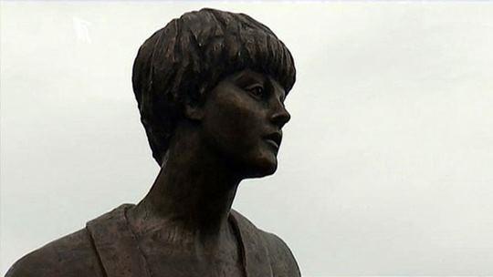 Памятник поэтессе Белле Ахмадулиной в Тарусе