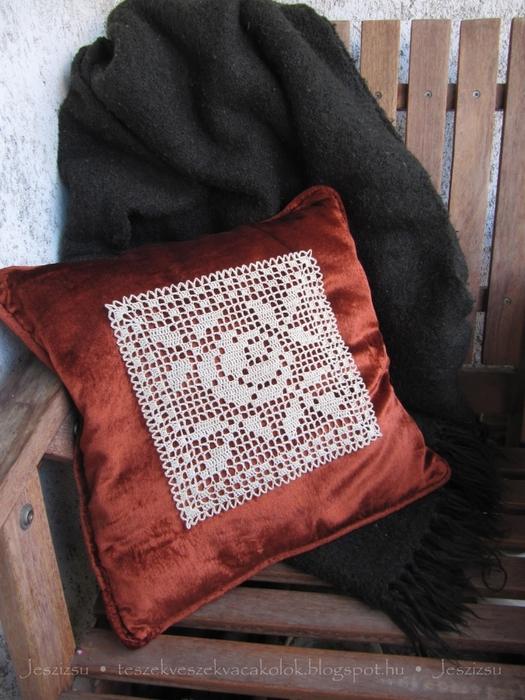 вязание крючком. украшаем подушку розочкой