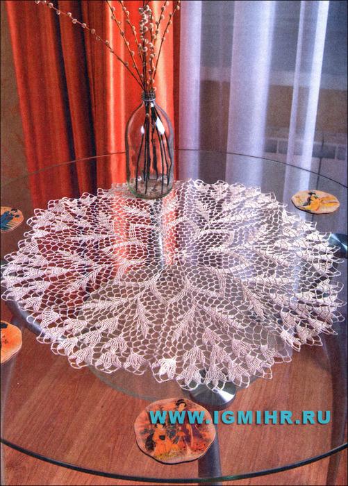 Большая бежевая салфетка в технике ажурного вязания. Крючок