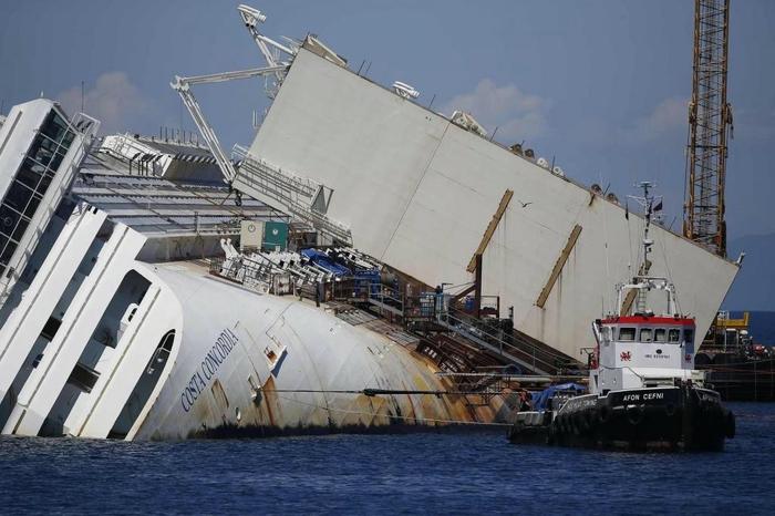 подъем круизного лайнера Costa Concordia фото 5 (700x466, 221Kb)