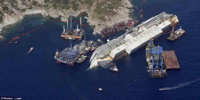 подъем круизного лайнера Costa Concordia фото 8 (700x352, 180Kb)