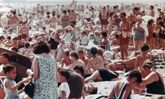 Фотографии людей на пляжах Кони-Айленда в 1960-х годах