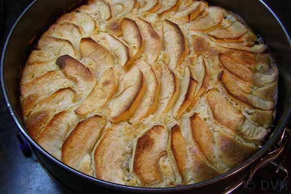 Пирог с яблоками и сливой