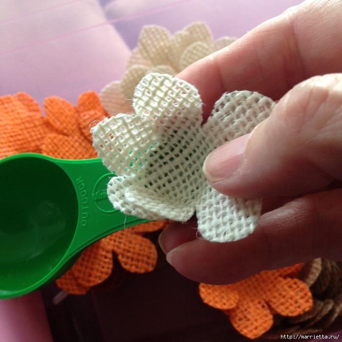 Нежный венок с цветочками из мешковины (5) (700x700, 302Kb)