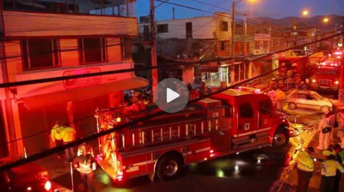 Видео: Самолет с людьми упал на жилые дома в Колумбии