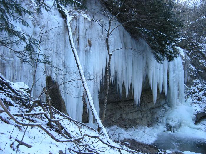 Зимой водопад Суаткан замерзает и вместо воды можно увидеть гигантские сосульки. (700x525, 402Kb)