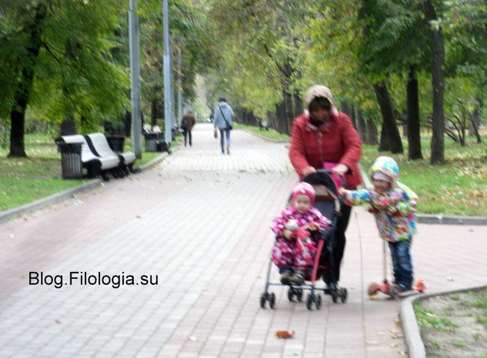 Маленькие дети в сквере на Пресне в детской коляске и на самокате   (700x515, 62Kb)