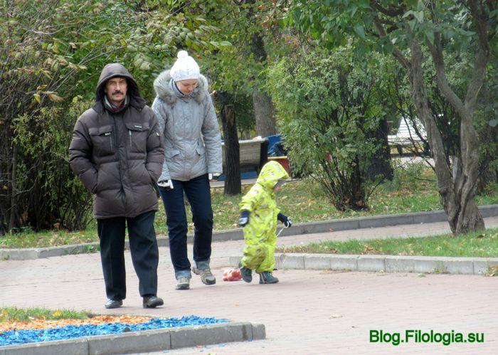 Детская прогулка в сквере (700x499, 84Kb)