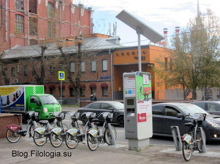 Стоянка прокатных велосипедов в Москве рядом с фабрикой Трехгорная мануфактура (700x523, 82Kb)