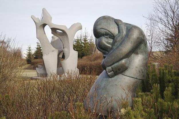 Много прекрасных памятников и скульптур, посвященных матери