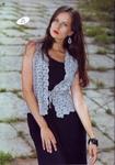 Наряженный жилет, связанный крючком из ажурных лент, будет красивым дополнением к летнему платьицу. .