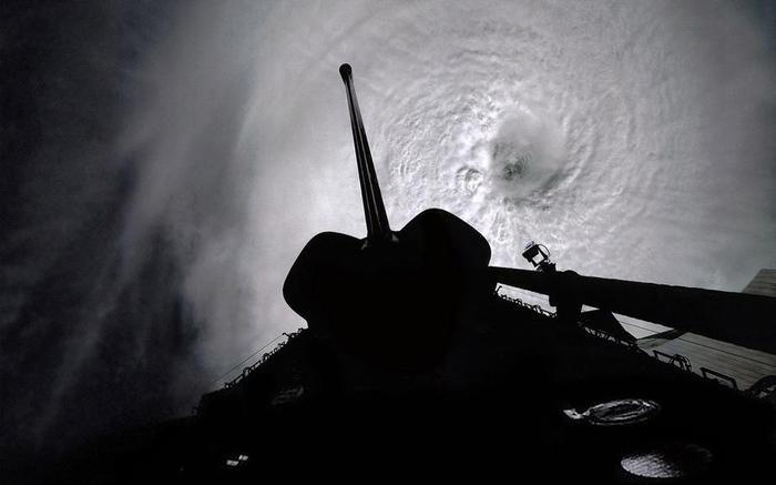 3. Космический шаттл «Колумбия» над тайфуном Оуэн (700x437, 25Kb)