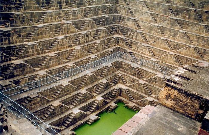 5. В индийской деревне Абанери расположен знаменитый ступенчатый колодец «Чанд Баори», построенный в 800 году н.э. Колодец имеет тринадцать ярусов и 3500 ступеней. Его глубина – тридцать метров (700x454, 96Kb)