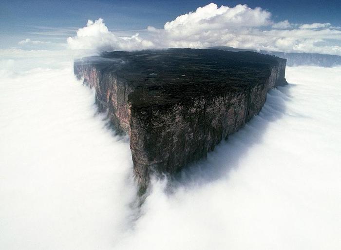 12. Гора Рорайма – одно из старейших геологических образований в мире. Геологи предполагают, что ему около двух миллиардов лет. В этом удивительном месте встречаются границы трёх государств – Венесуэлы, Гвианы и Бразилии (700x513, 33Kb)