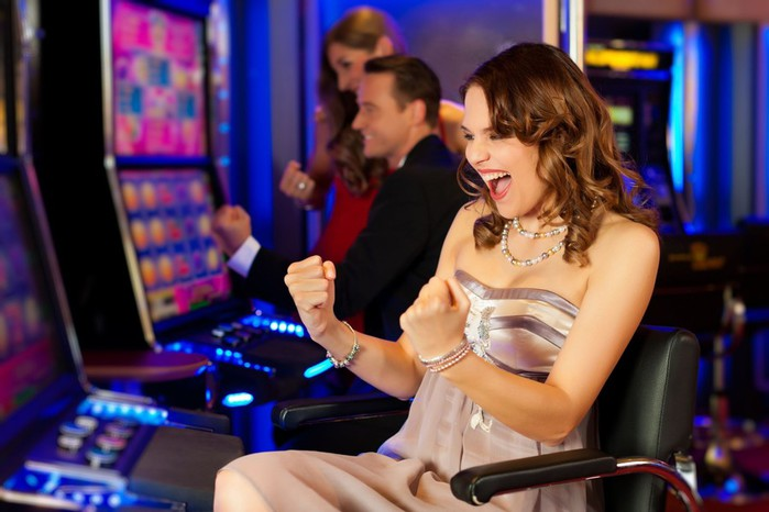 girl-on-a-slot-machine-all-obviously-are-winning-in-Las-Vegas-casino-Nevada-1600x1066 (700x466, 71Kb)