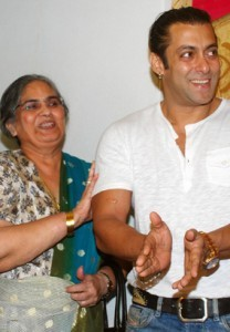 salman-khan-with-mom-208x300 (208x300, 18Kb)