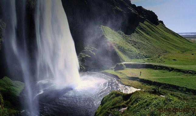 Селйяландсфосс (Seljalandsfoss) - один из самых известных водопадов в Исландии (645x384, 37Kb)