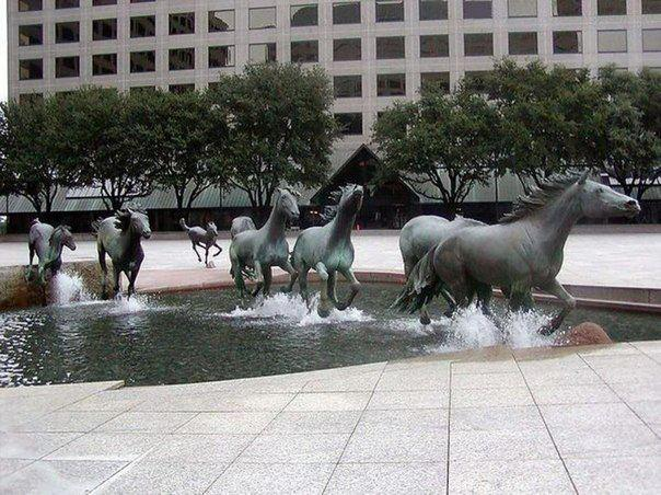Скульптура-фонтан Мустанги Лас Колинаса в городе Ирвинг, США (604x452, 69Kb)