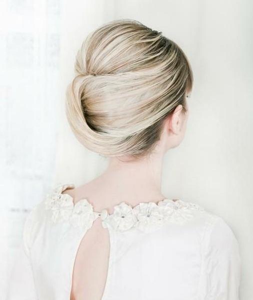 Урок создания супер простой прически с красивым пучком из волос.  Если у вас вьющиеся или волнистые волосы...