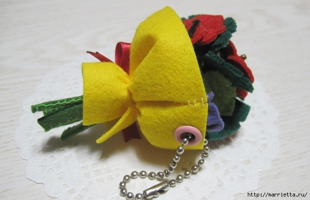 Маленький букетик цветов из фетра. Сувенирный брелок (5) (623x403, 127Kb)