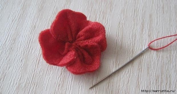 Маленький букетик цветов из фетра. Сувенирный брелок (11) (621x331, 123Kb)