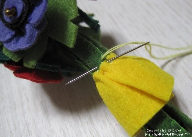 Маленький букетик цветов из фетра. Сувенирный брелок (21) (630x451, 144Kb)
