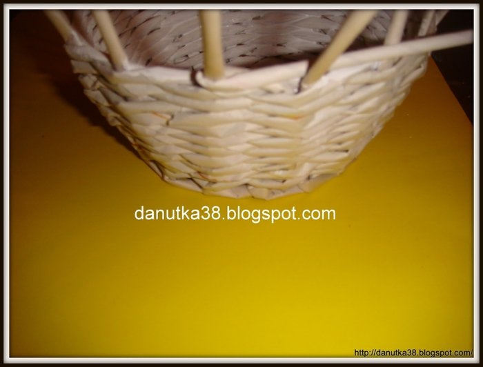 Плетение из газет. Интересная корзинка из трубочек. Мастер-класс (10) (700x532, 166Kb)