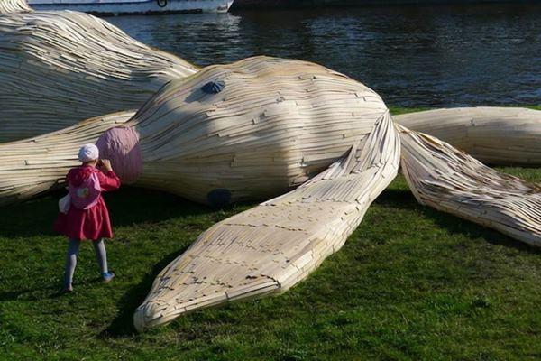 Скульптура гигантского зайца на Заячем острове Санкт Петербурга. Фотографии