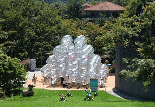 Гигантские скульптуры в японском музее под открытым небом