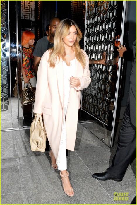 kim-kardashian-sports-blond-hair-for-dinner-with-kanye-west-01 (468x700, 115Kb)
