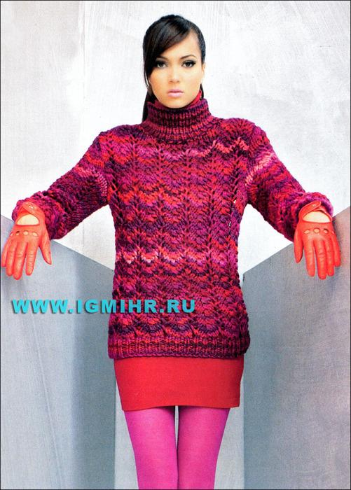 Стильная яркая одежда для холодной погоды. Теплый пуловер с узором из ажурных полос. Спицы