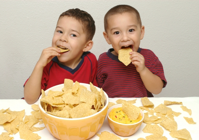 children-eating-chips (700x490, 247Kb)