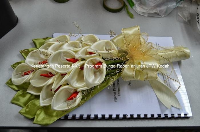 Цветы из лент и ткани. Красивые букеты (9) (700x465, 228Kb)