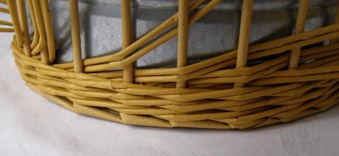 Плетение из газет. Интересный узор для корзинки. Мастер-класс (5) (700x323, 336Kb)