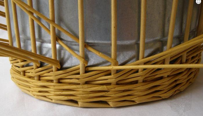 Плетение из газет. Интересный узор для корзинки. Мастер-класс (9) (700x400, 420Kb)