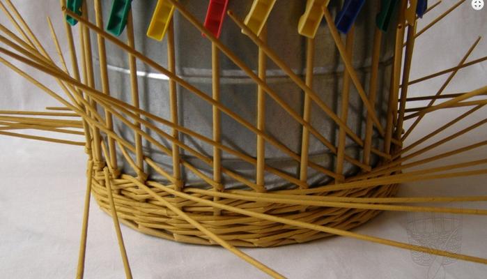 Плетение из газет. Интересный узор для корзинки. Мастер-класс (11) (700x400, 419Kb)