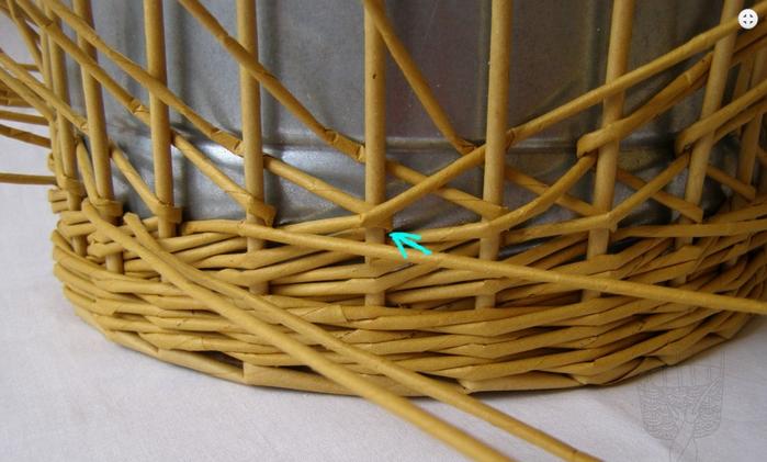 Плетение из газет. Интересный узор для корзинки. Мастер-класс (13) (700x421, 447Kb)