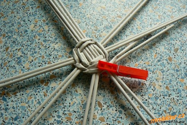 Плетение из газет. Идеи и мастер-класс на донышко плетенки (39) (600x401, 195Kb)