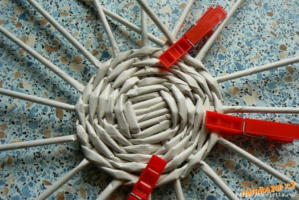 Плетение из газет. Идеи и мастер-класс на донышко плетенки (43) (600x401, 196Kb)