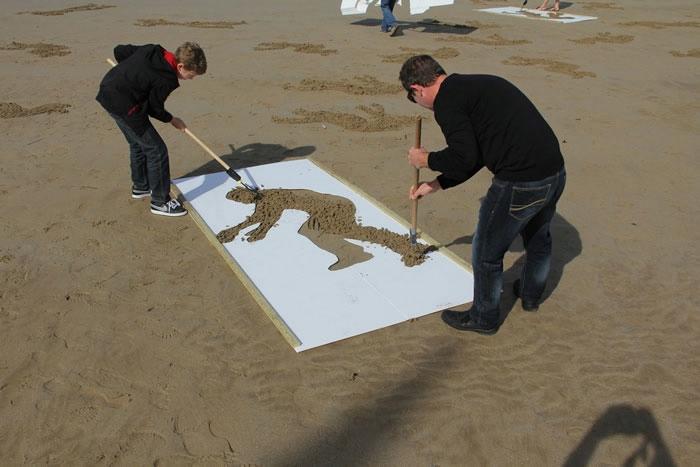 Фигуры на песке в честь высадки войск в Нормандии