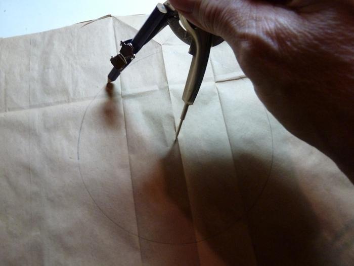 Миниатюрное ведерко из пластикового стаканчика и упаковочной бумаги (1) (700x525, 200Kb)